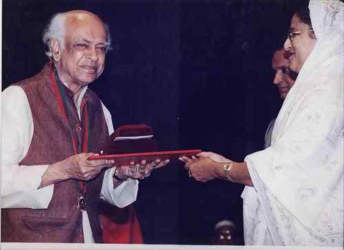 Receiving independence day award , Bangladesh 1999