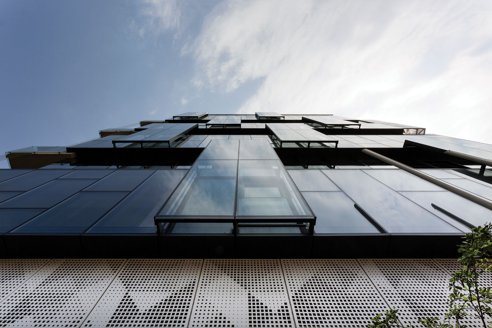 View from below looking above at north façade fenestration © Studio Morphogenesis Ltd.
